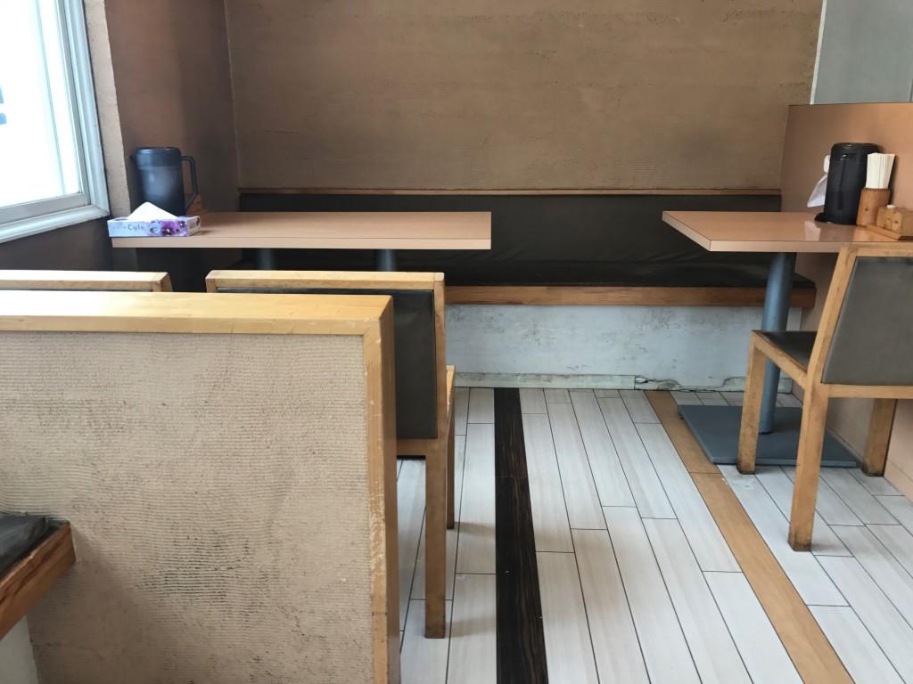 花丸のテーブル席