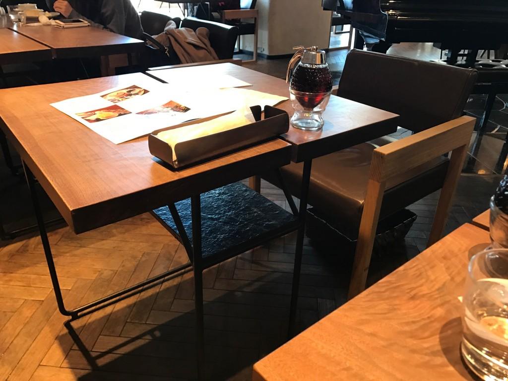 椿サロンのテーブル席