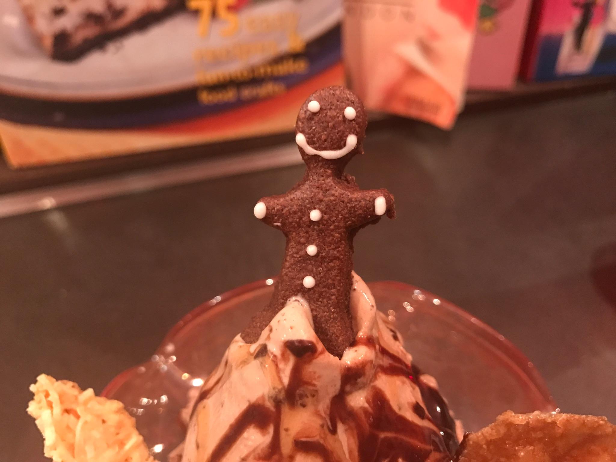 パフェの上に乗っていた人形のクッキー