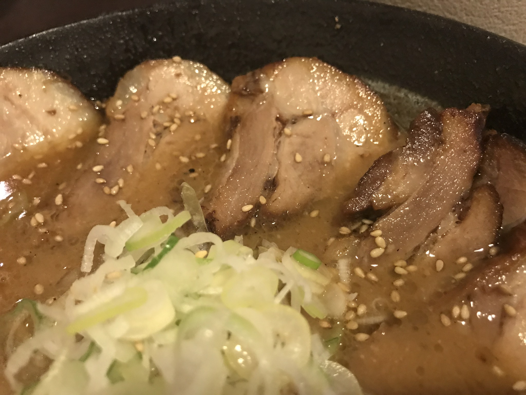 吉山商店の『焙煎ごまみそ炙りとろ旨チャーシュー麺のチャーシュー』