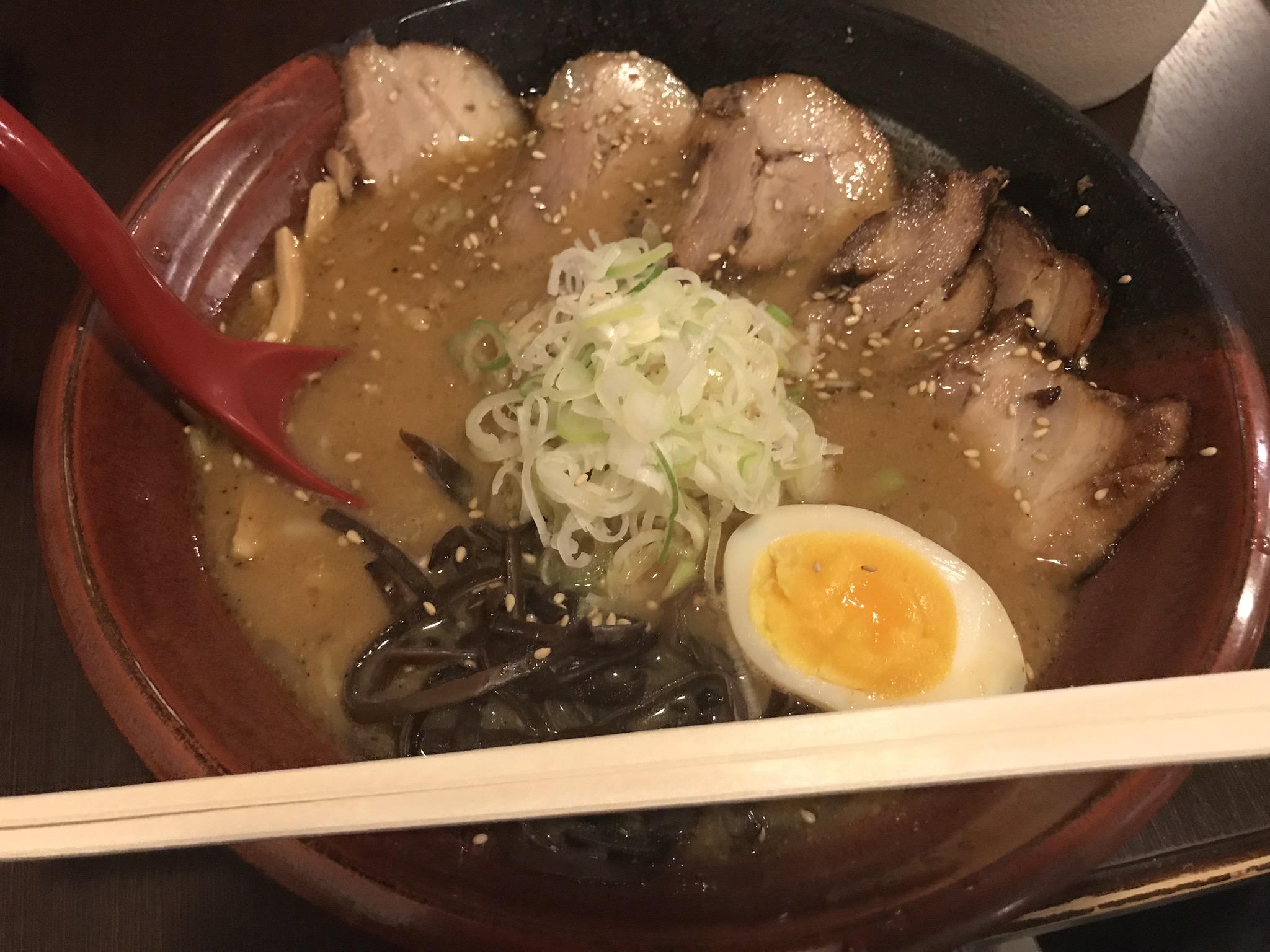 吉山商店の『焙煎ごまみそ炙りとろ旨チャーシュー麺』