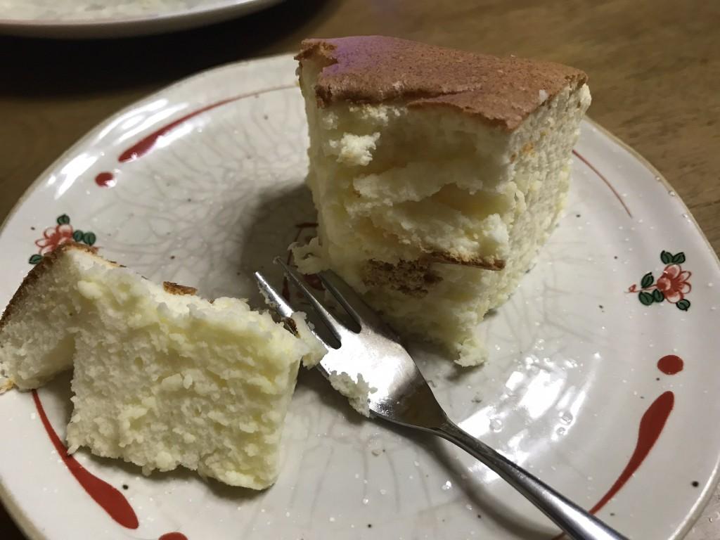 カットしたチーズケーキの断面
