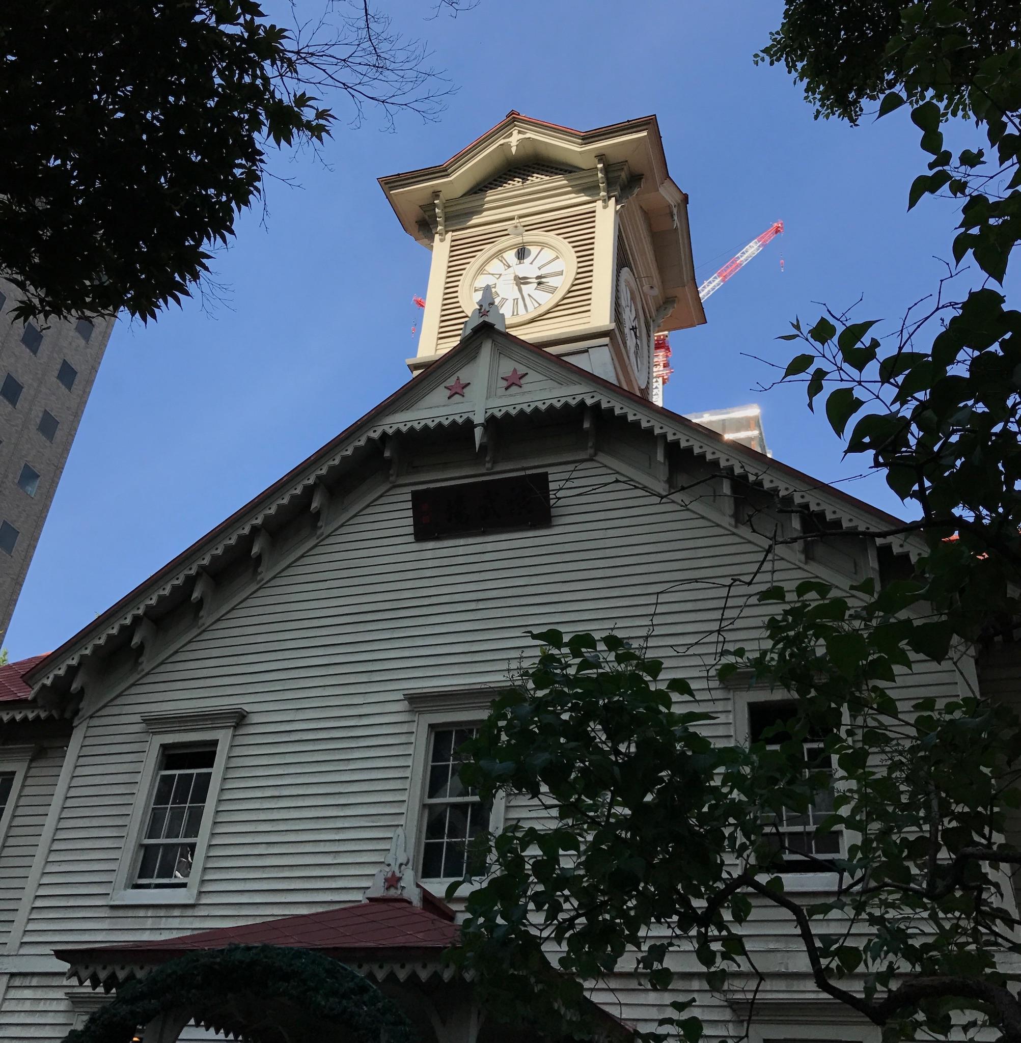 角度を調節してさっぽろ創世スクエアを隠した札幌時計台