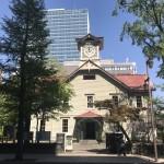 さっぽろ創世スクエアが映り込んでいる札幌時計台(真正面)