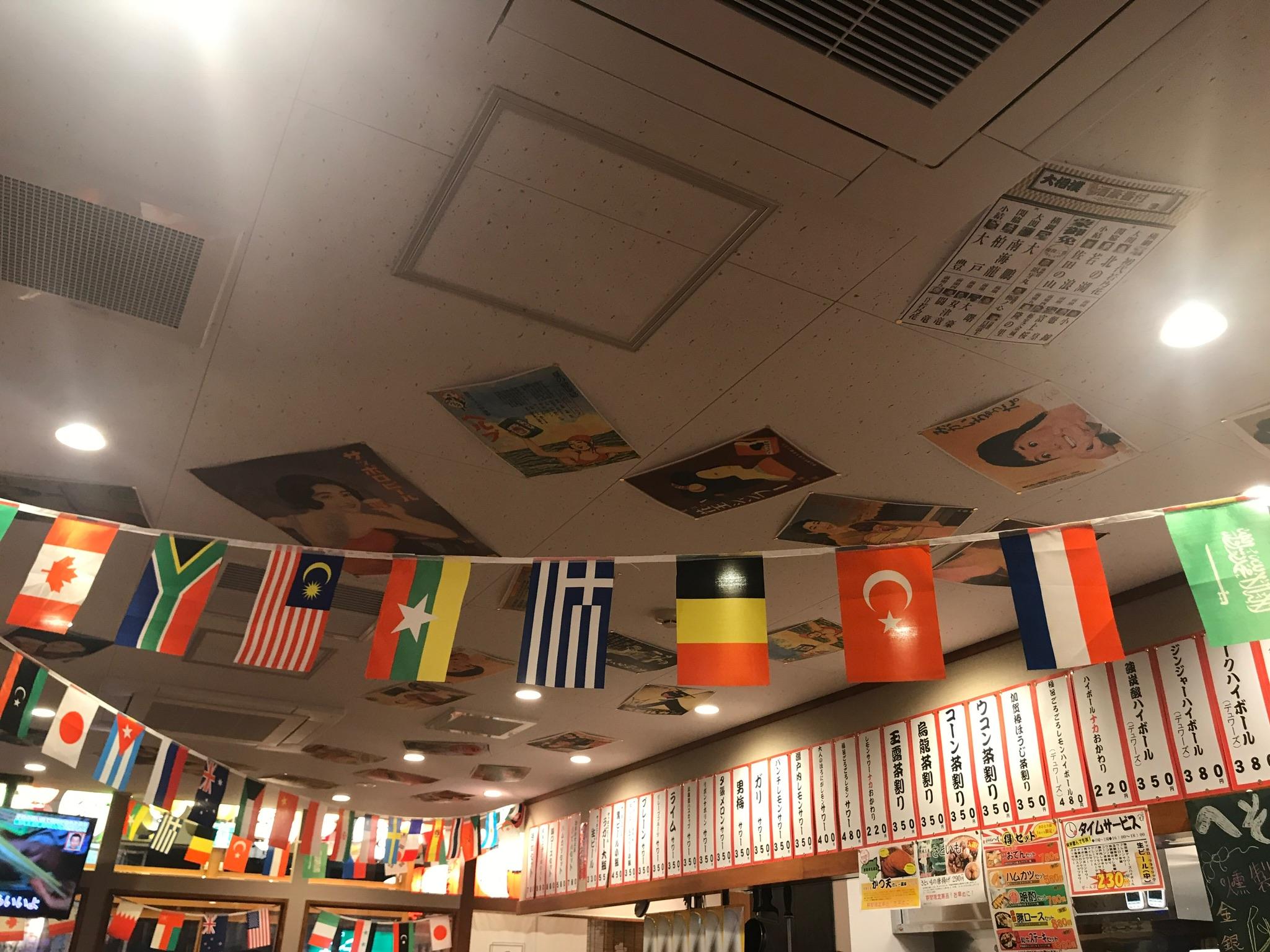 天井に吊るされている万国旗
