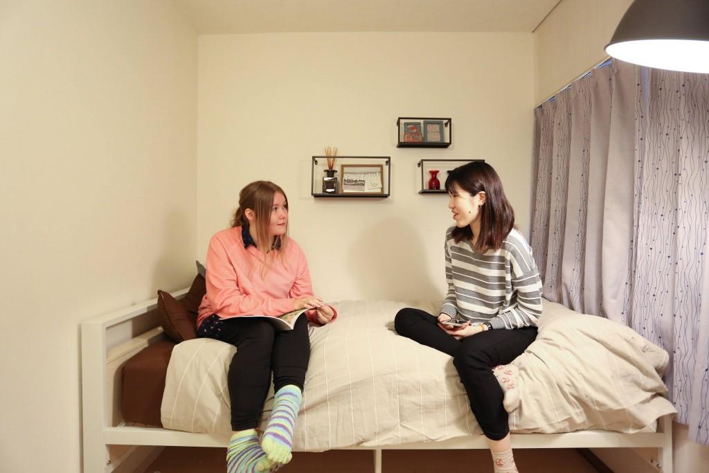 部屋で話している写真