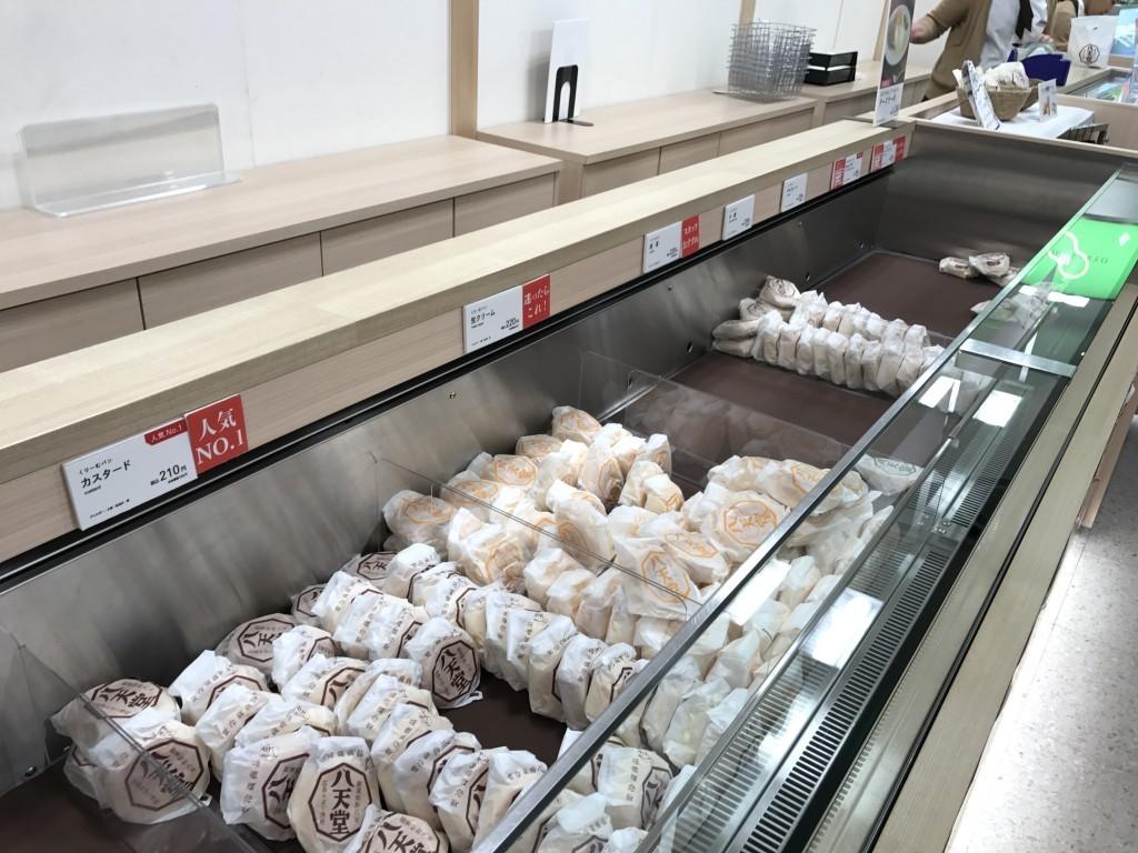八天堂に並んでいるクリームパン