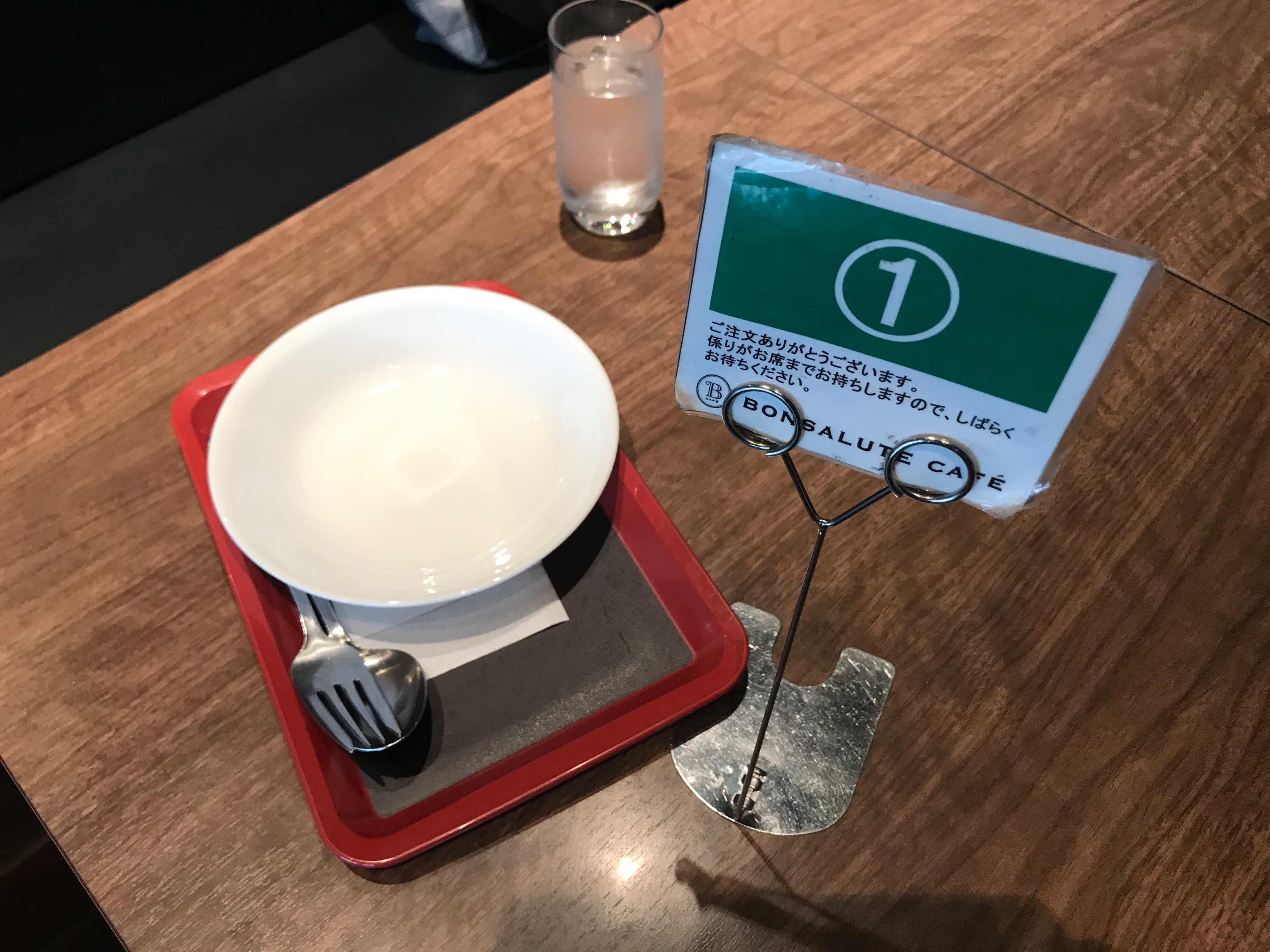 サラダ用の皿と番号札