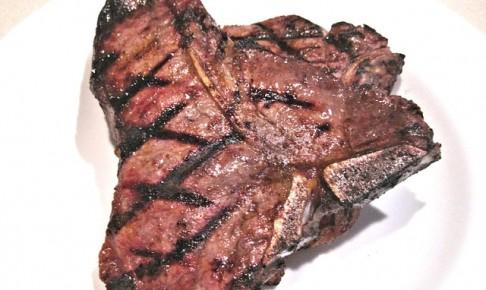 T字の骨がついたTボーンステーキ