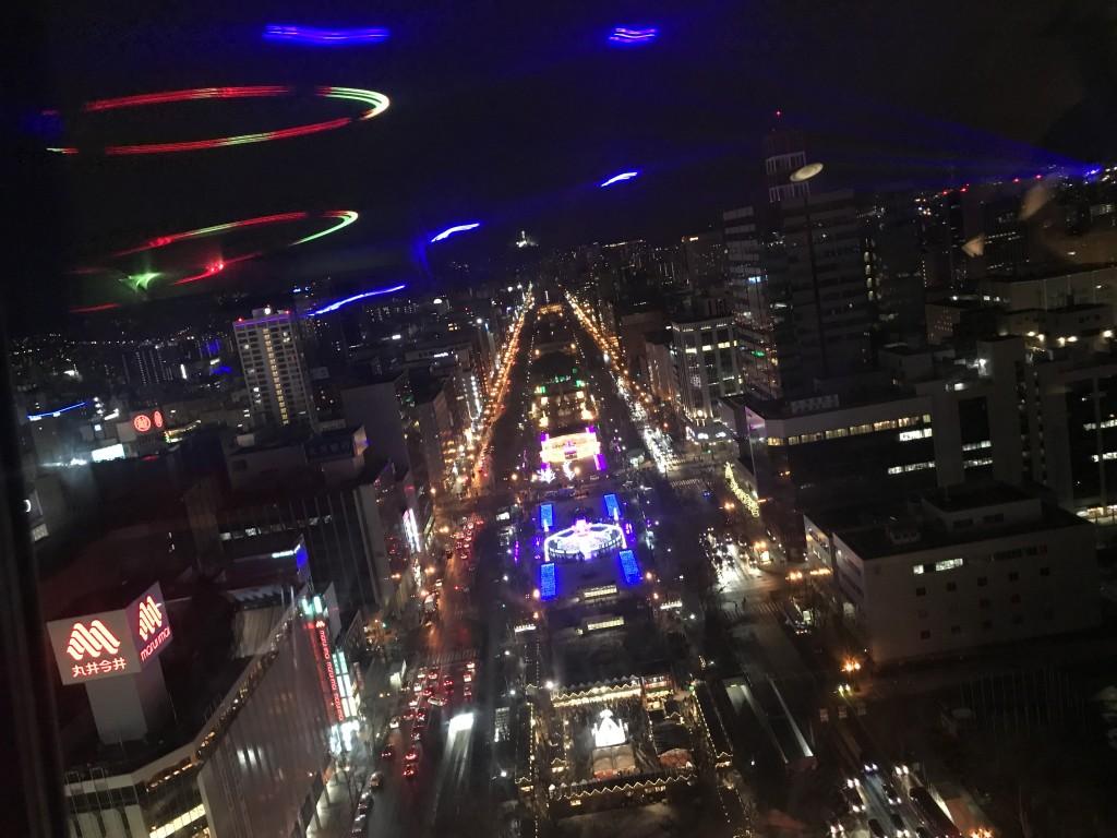 レーザーが大通公園の夜空を照らす