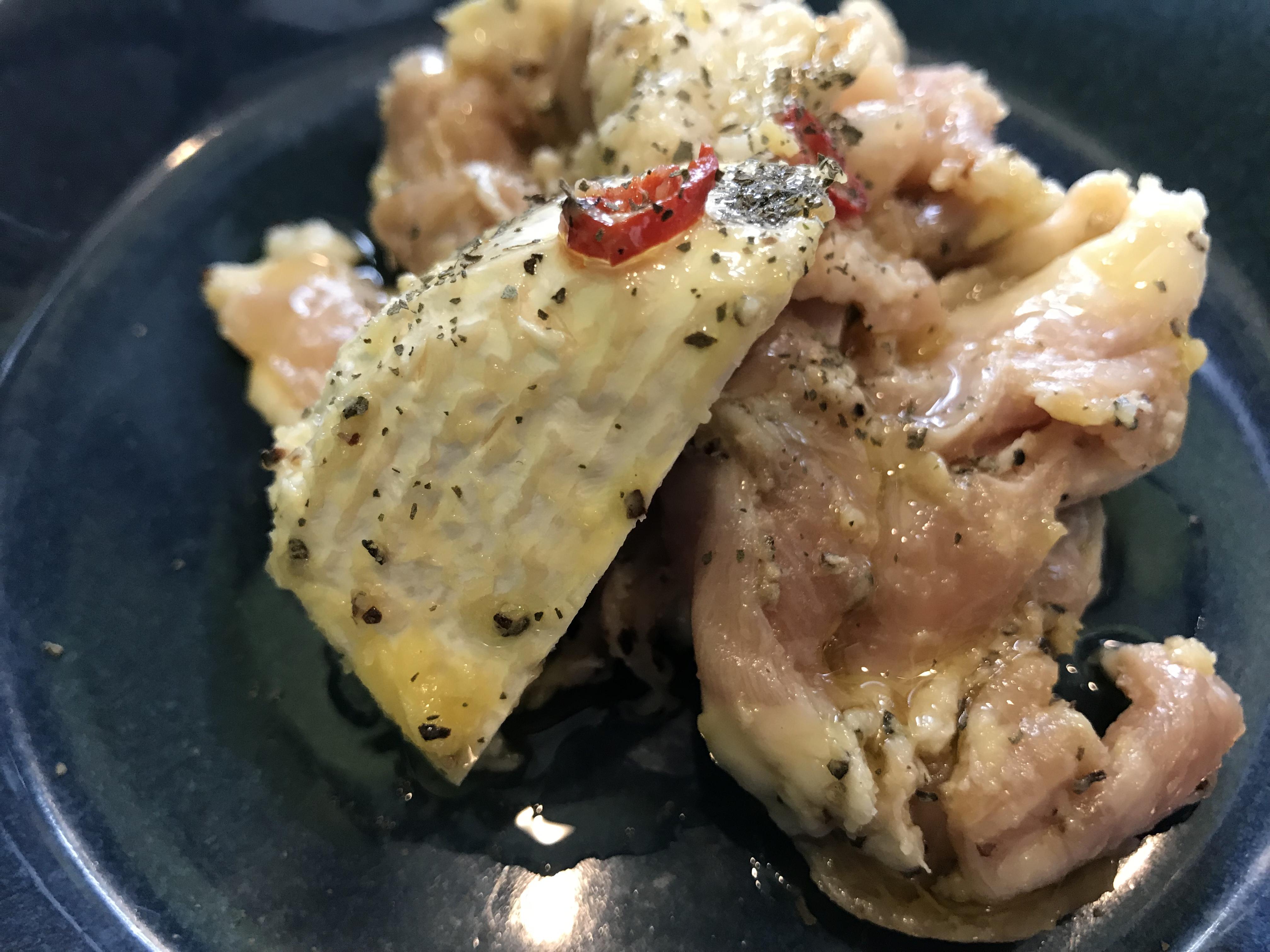 鶏ハラミの焼きアヒージョに添えられているチーズ