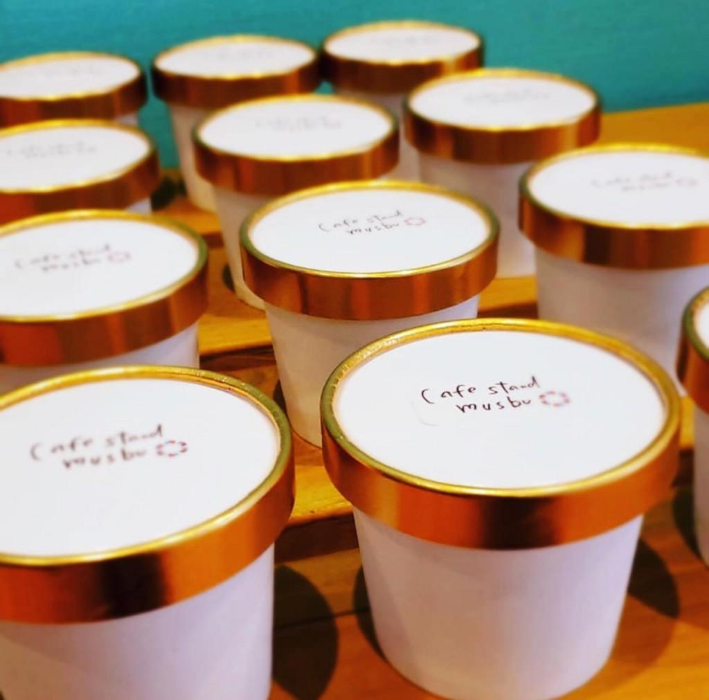 カフェスタンドムスブでミルクとチョコのカップアイスを販売