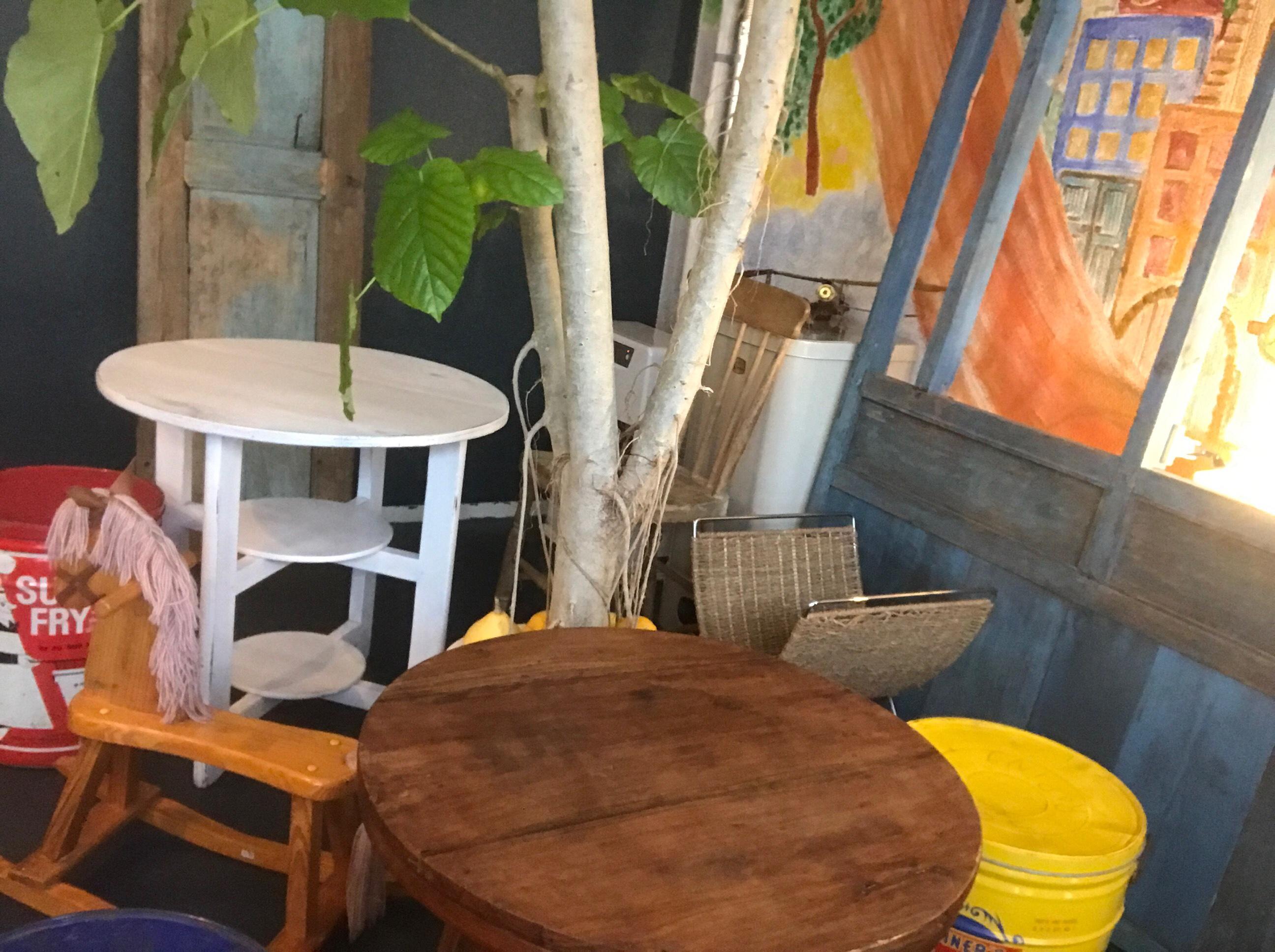 ノーレインノーレインボーのテーブルとイス