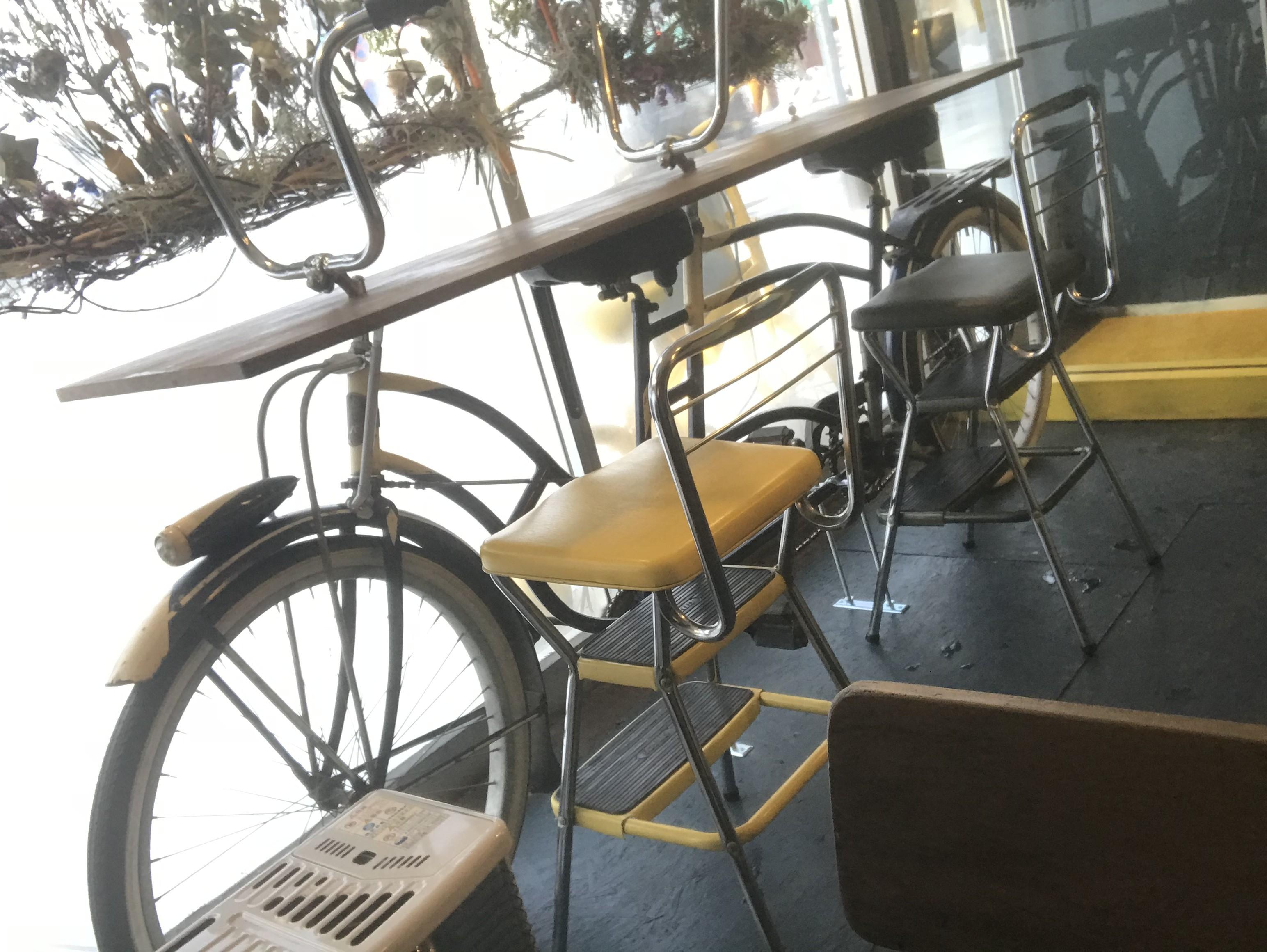 自転車をテーブルに改造している