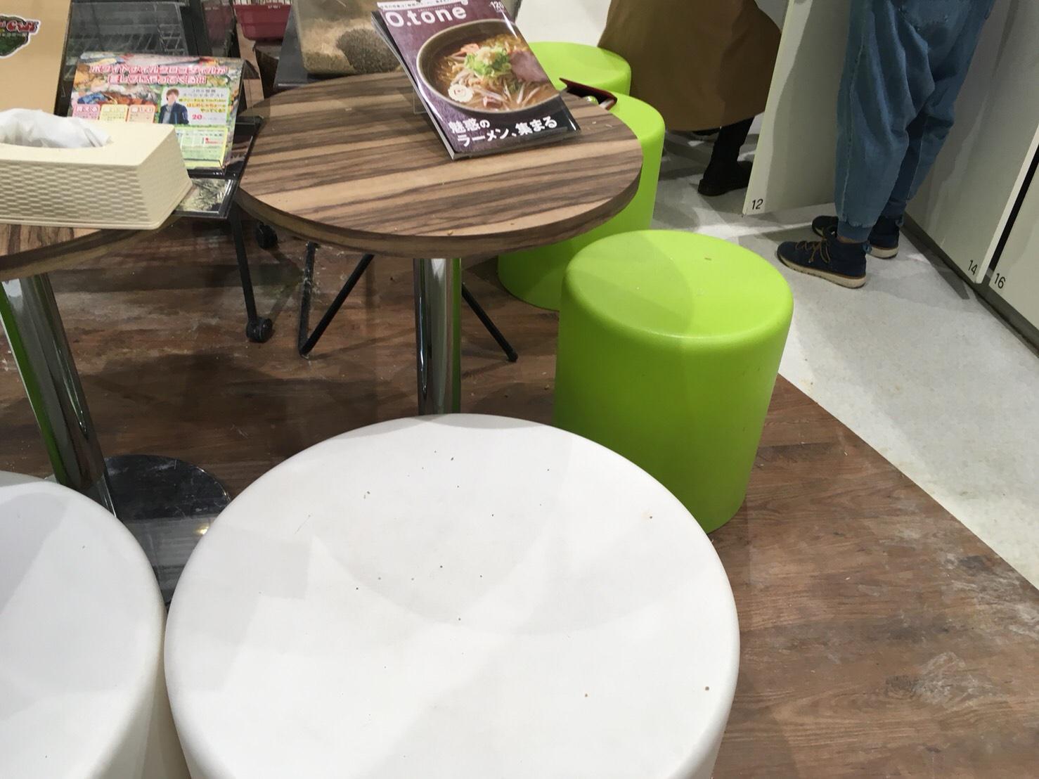 店内にはイスもあるから座って楽しめる