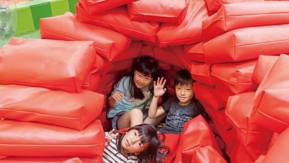 イマジネーションヒルズの「Donow」(土のう積み遊び)で遊ぶ子ども達