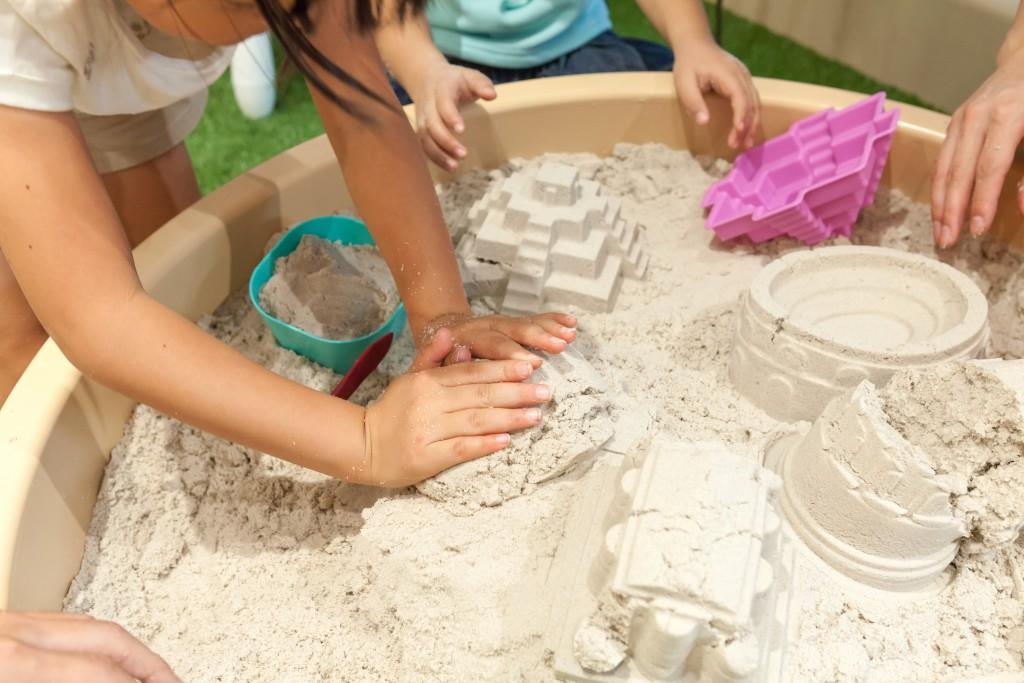 サンドアートカレッジで遊ぶ子どもたち