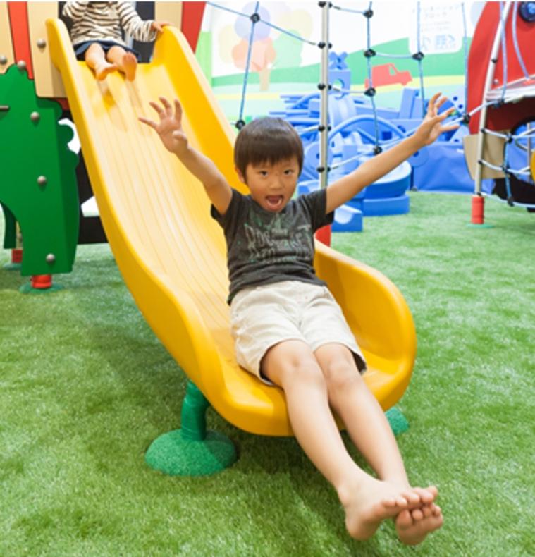 イマジネーションヒルズの「風の丘」(空気膜遊具)で遊ぶ子ども達