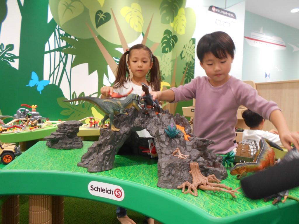ミニチュアキングダムで遊んでいる子ども