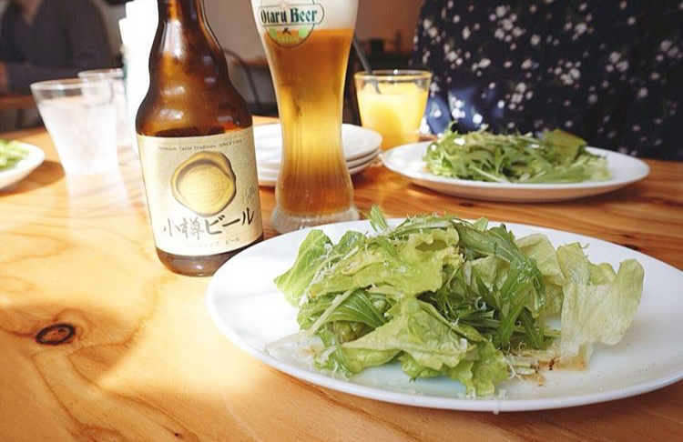 Pizzeria&Gelateria ORSO-ピッツェリア アンド ジェラテリア オルソのサラダとビール