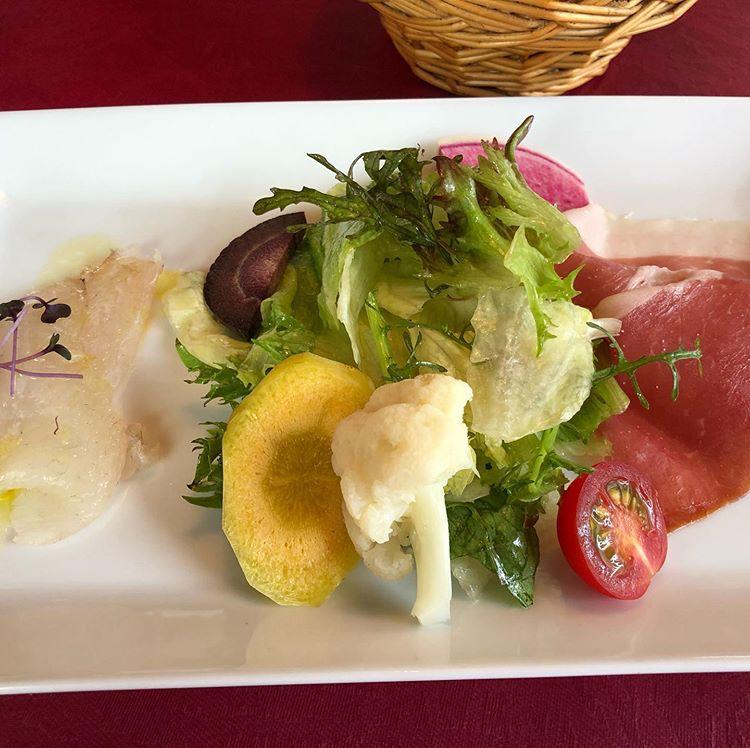 ヴィアブレラの白身魚のカルパッチョ、有機野菜のサラダ、生ハム