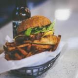 【CRAFTERS.CAMP(クラフターズキャンプ)】アウトドアな店内でバーガーを食べれる白石区カフェ