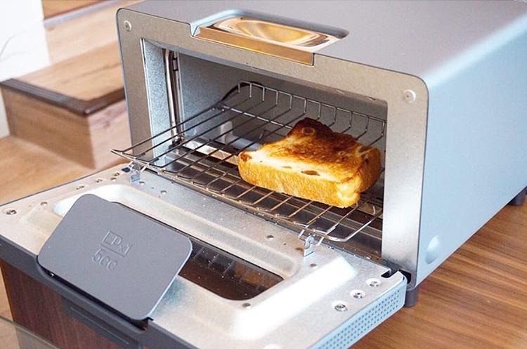 食パンをトースターで焼いている様子