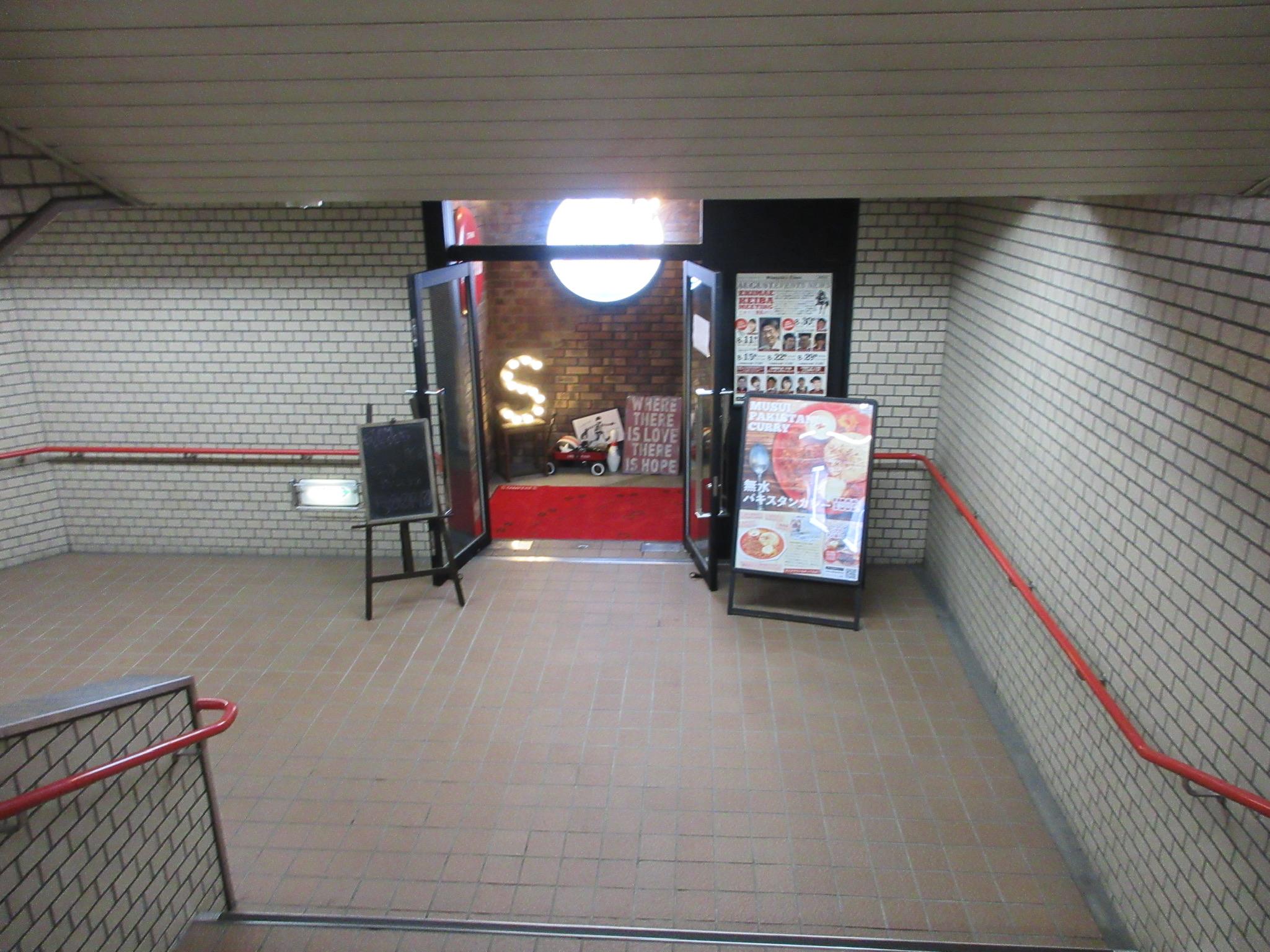 階段を降りると見えてくるスタンピーズ カフェ&ダイニングバー