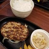 箸で食べるあつあつ鉄皿ハンバーグとカレーのお店のハンバーグセット