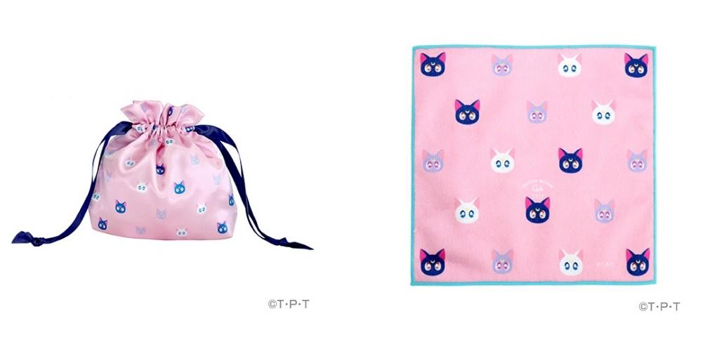 サテン巾着 1,200円(左)&ハンドタオル 900円(右)