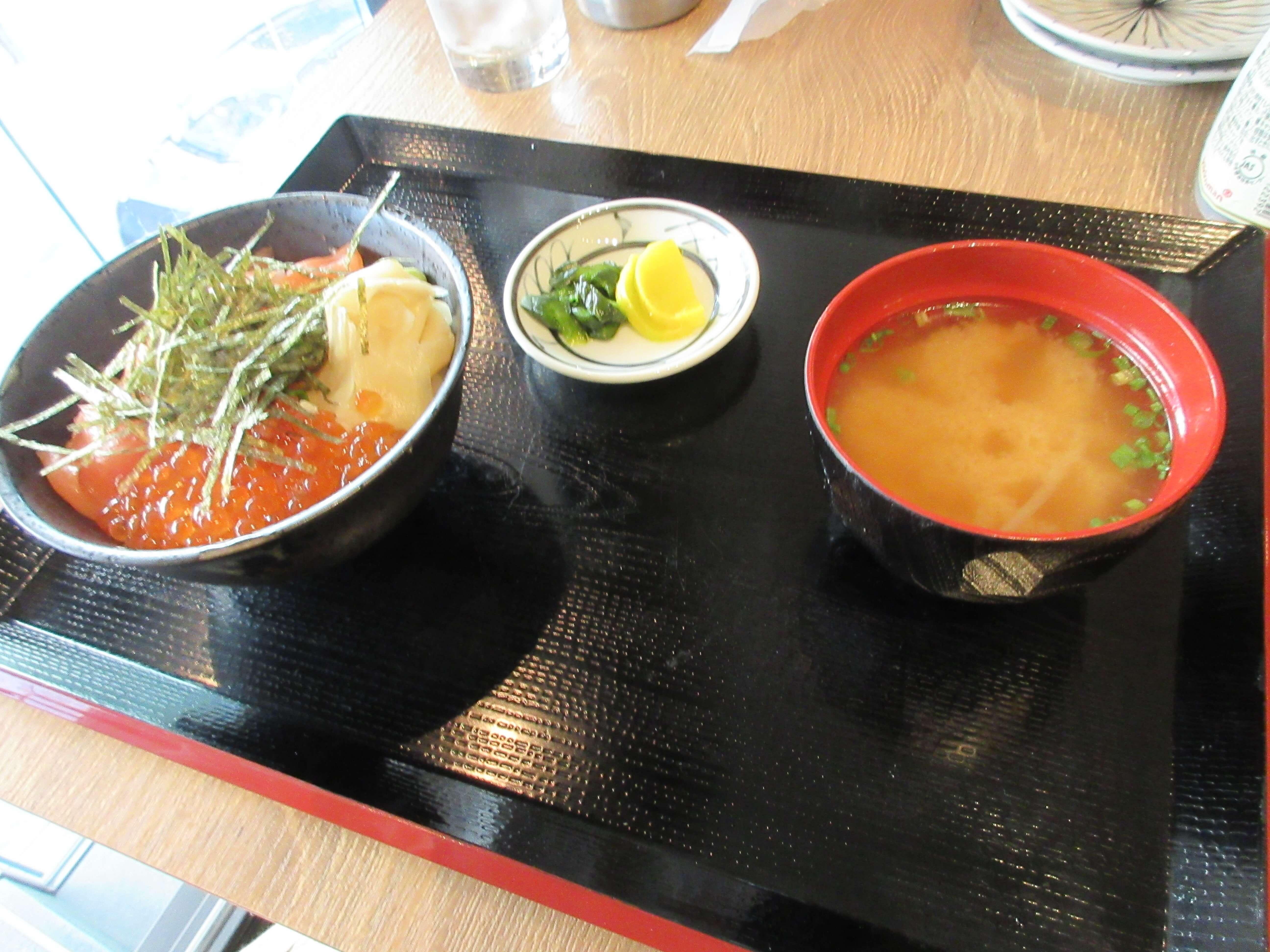 大衆酒場 富士山(ふじやま)の秋鮭といくら丼(別角度)