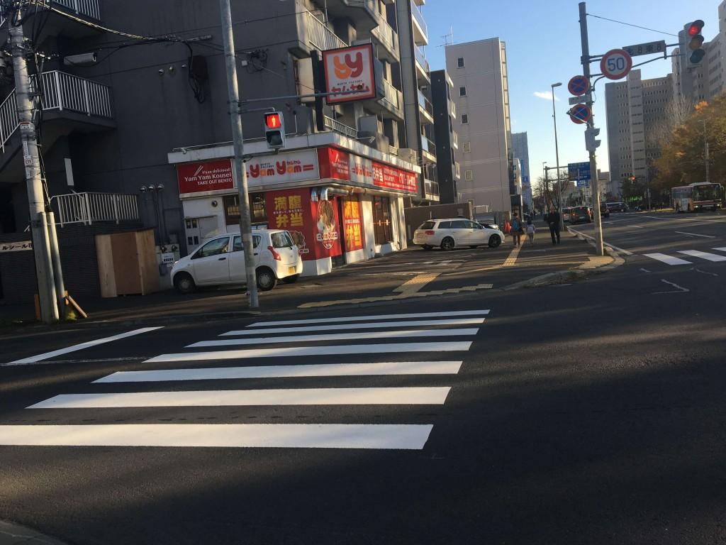 交差点にあるBENTO FACTORY(べんとう ふぁくとりー) ヤムヤム光星店