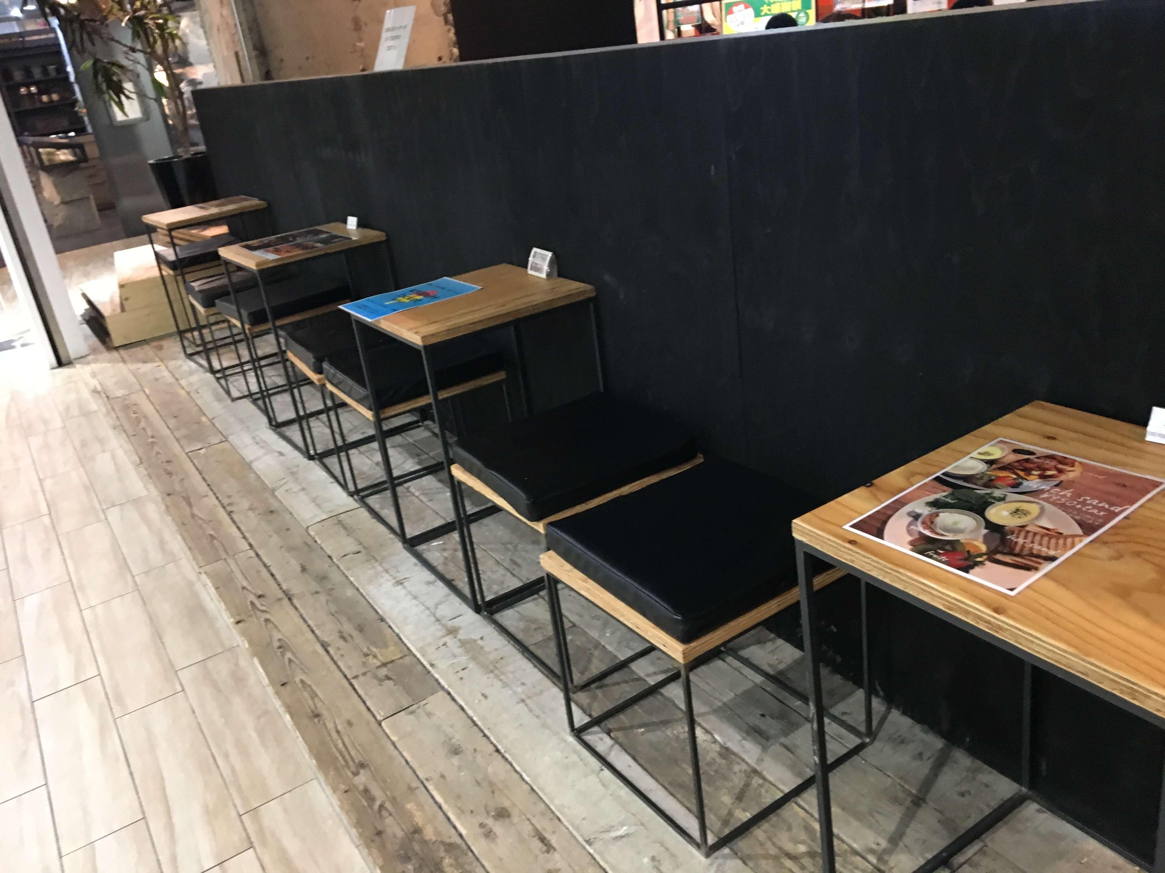 JB ESPRESSO MORIHICO.+D(ジェイビー エスプレッソ モリヒコ プラスディー)の店には2人掛けのテーブル席もあり