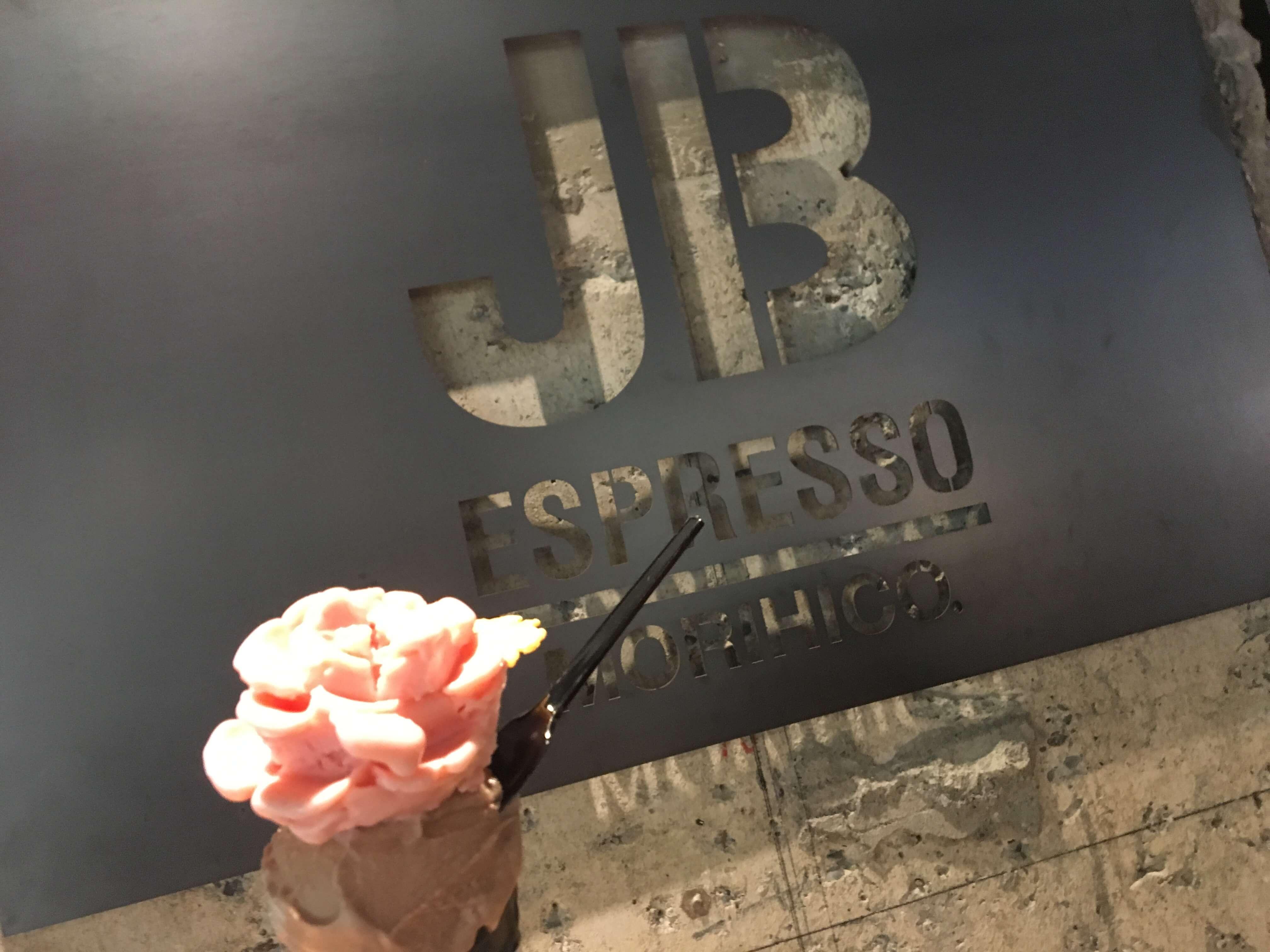 JB ESPRESSO MORIHICO.+D(ジェイビー エスプレッソ モリヒコ プラスディー)のロゴと花びら型のジェラート