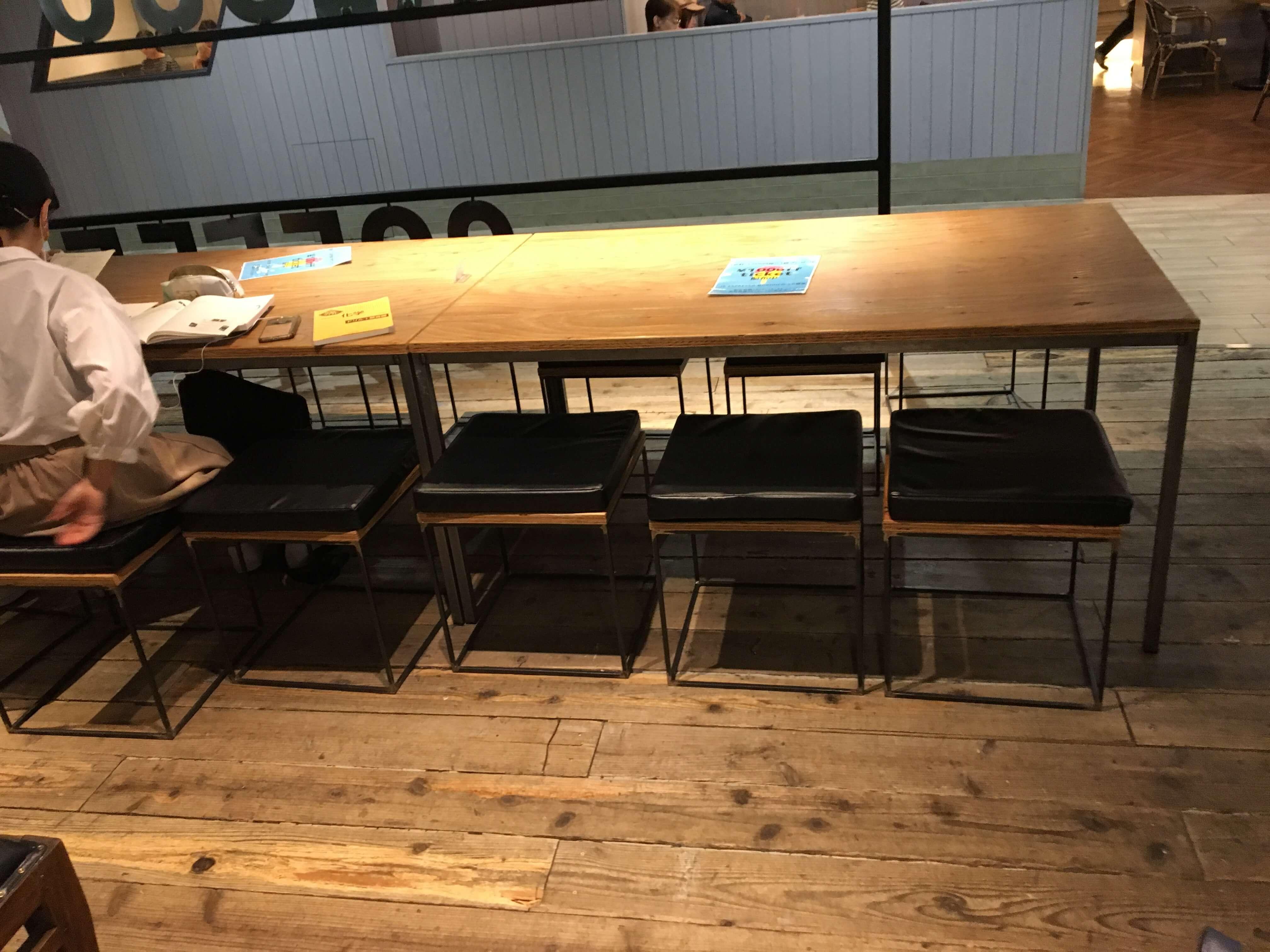 JB ESPRESSO MORIHICO.+D(ジェイビー エスプレッソ モリヒコ プラスディー)には大きなテーブル席もある