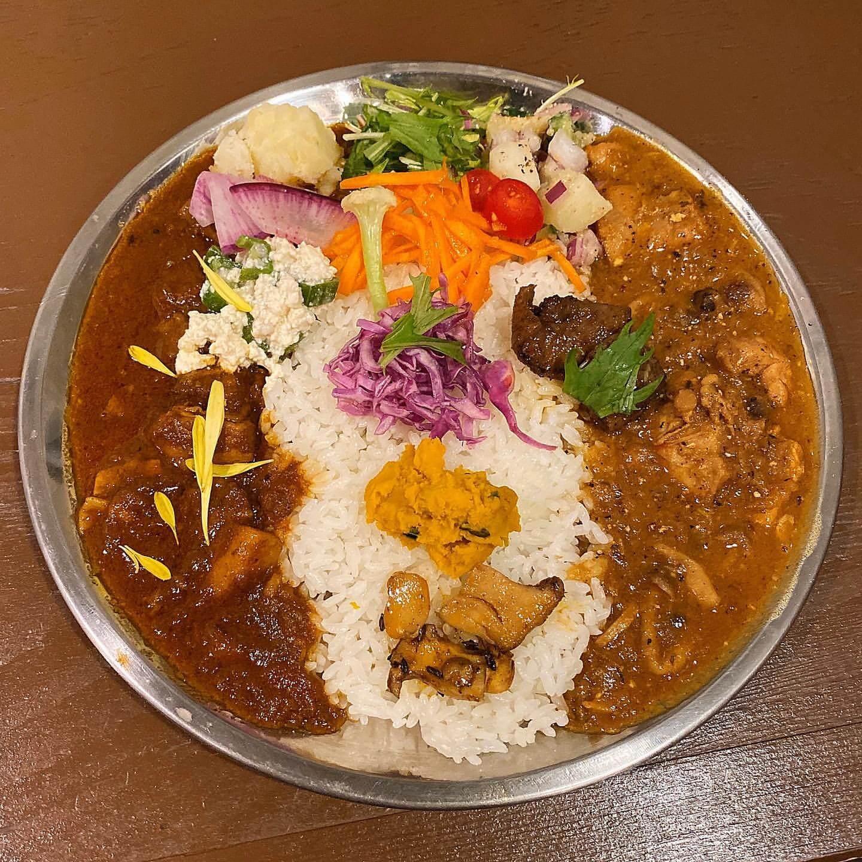 かっぽうかぽうのKAPO Curry(かぽ かれー)の塩豚とゴボウのカレーとチキンときのこのカレーのあいがけ