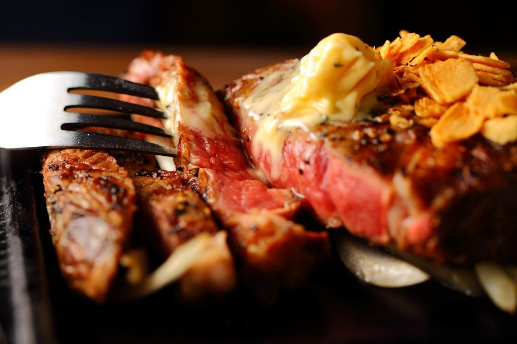 ビーフインパクトの鉄板ステーキを焼いているところ