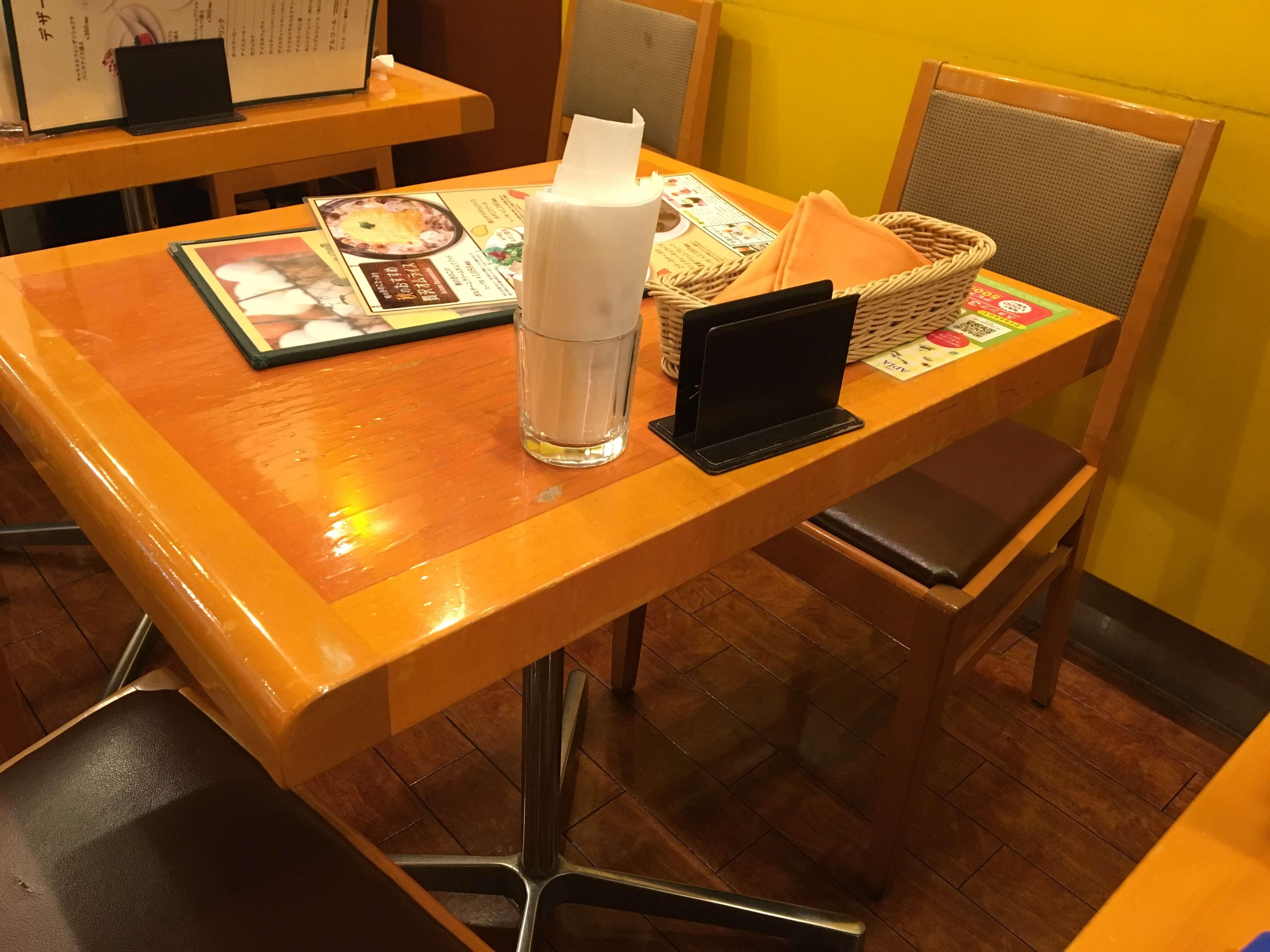 卵と私 札幌アピア店のテーブル席