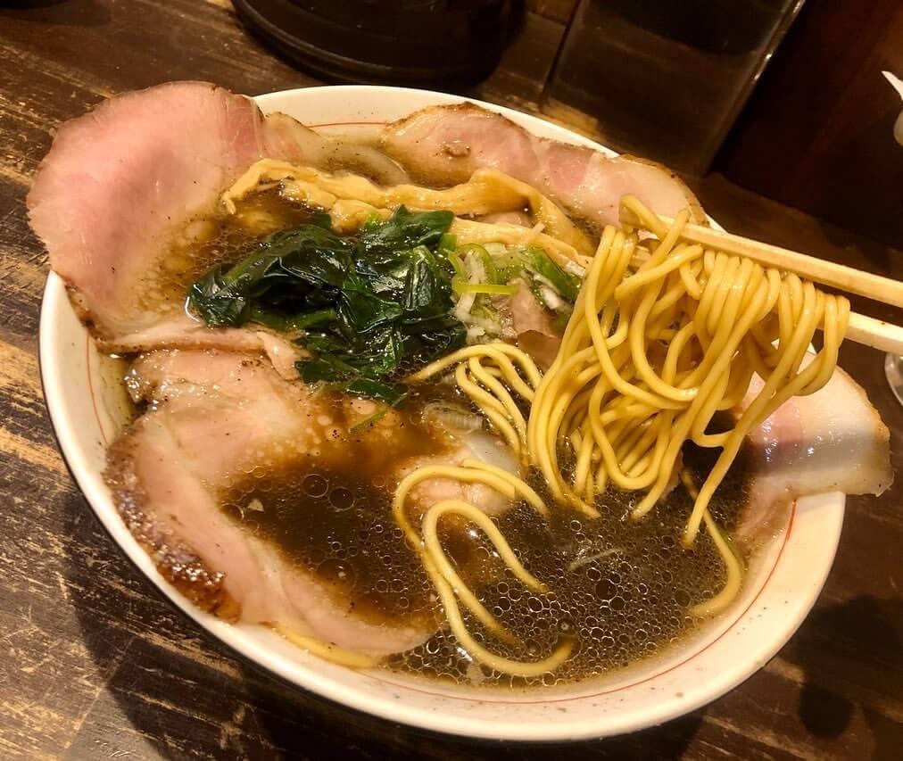 切田製麺 札幌店の黒正油チャーシュー麺の麺