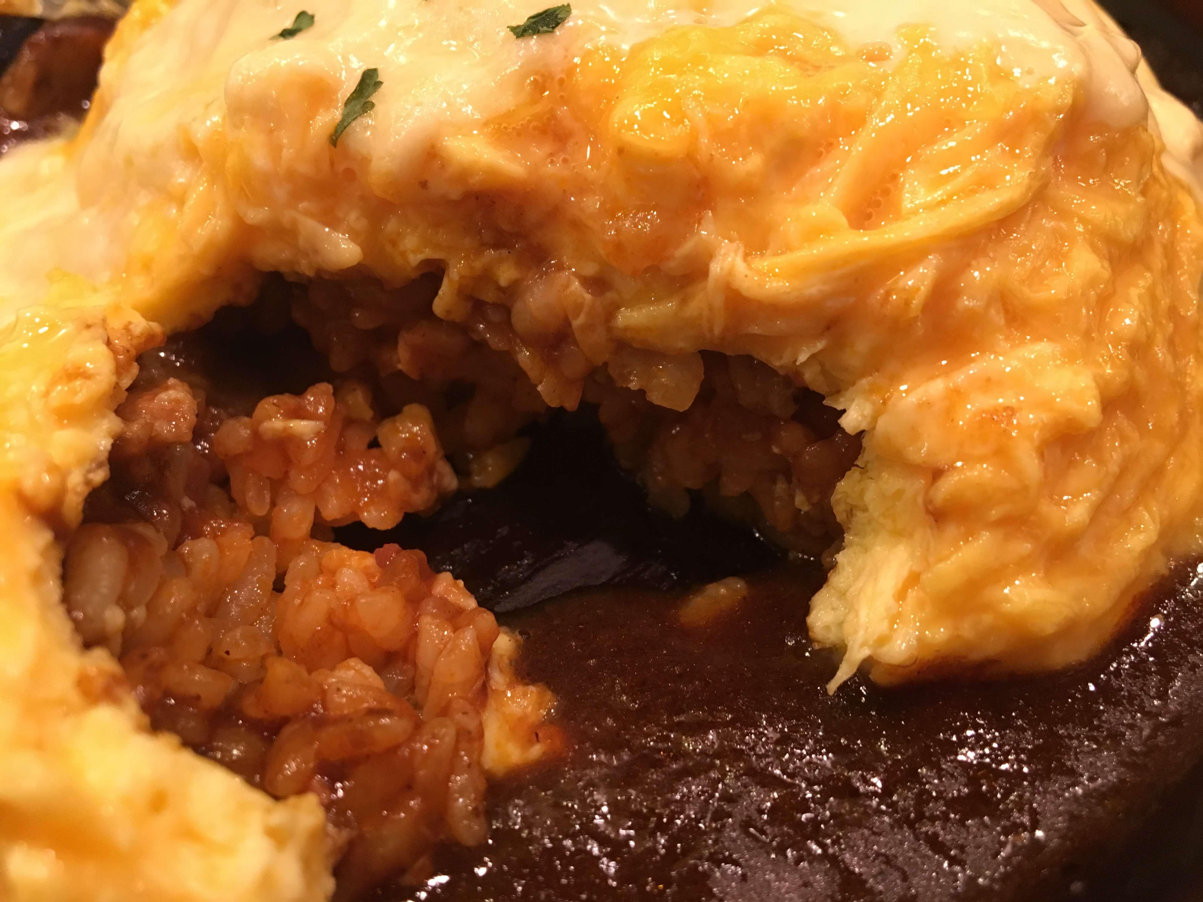 卵と私 札幌アピア店の『とろ〜りチーズのビーフシチューオムライスドリア』の中身