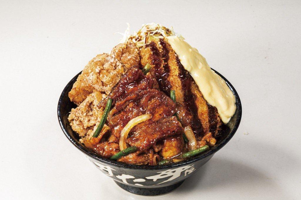 すた丼屋から牛・豚・鶏を盛り合わせた『トリプルすたみな爆肉丼』が登場!+料金でさらに増し増しに!