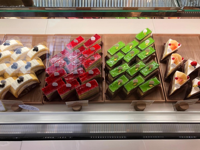 菓子工房 Deer(ディア)のショーケースに並べられているケーキ2