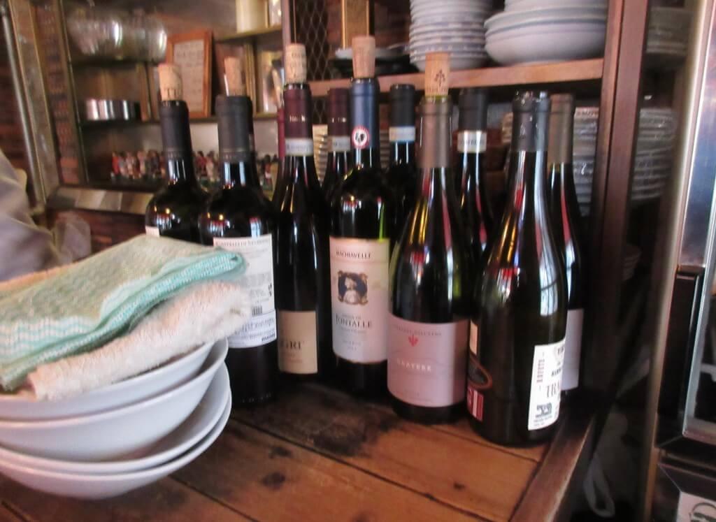ミートソースパスタ専門店 まぜ太の店内にはワインも並べられている