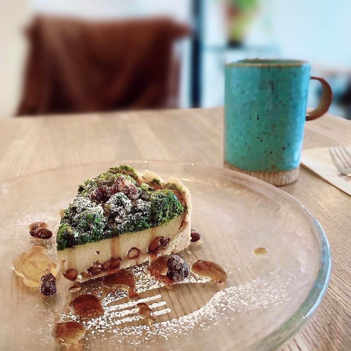 LONERS' CAFE(ロナーズカフェ)の抹茶と黒糖のチーズタルト&ハウスブレンドコーヒー