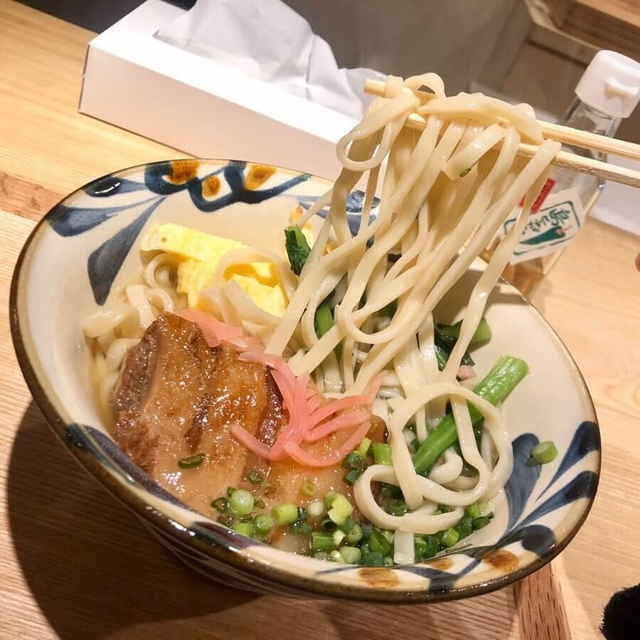 沖縄そば ミルクユカヂの『ラフテーそば』の麺