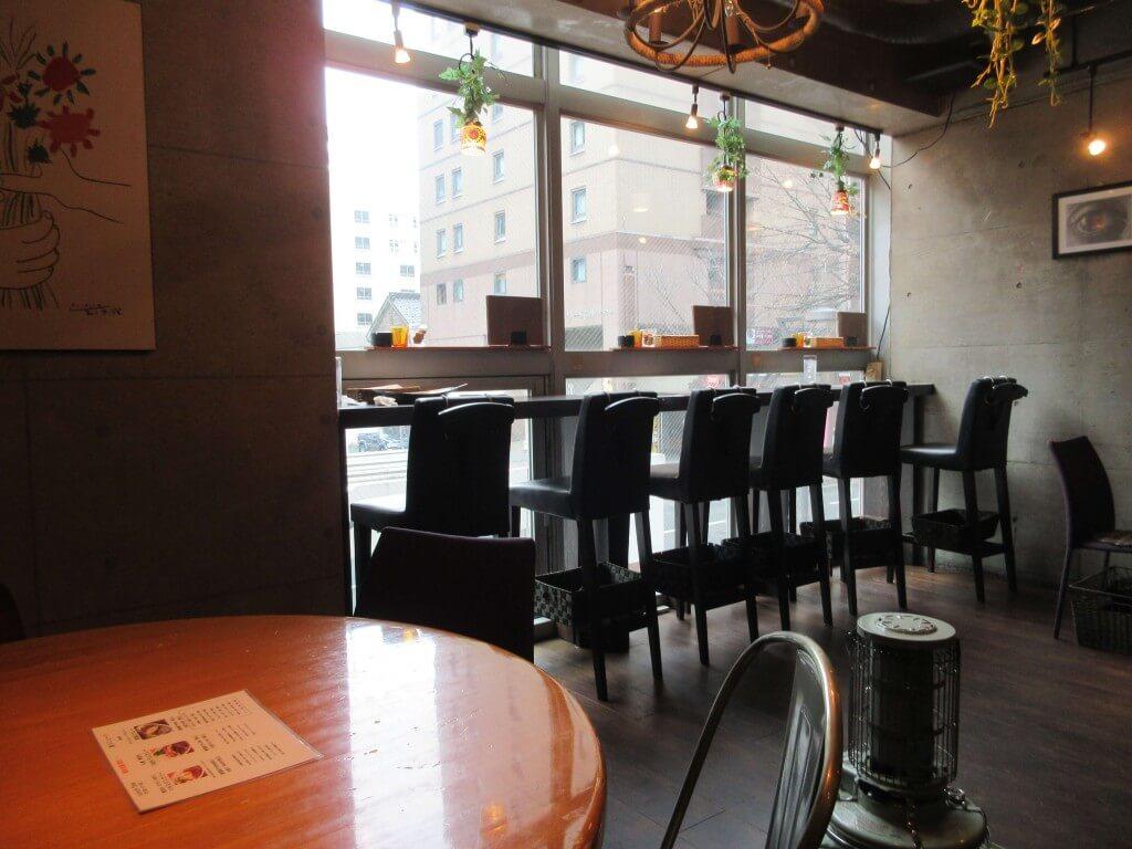 焼き鳥 ワイン Ajito(アジト)の店内(窓側の席)