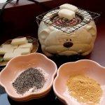 甘味処 さくら庵のお餅にきな粉などをつけて食べる
