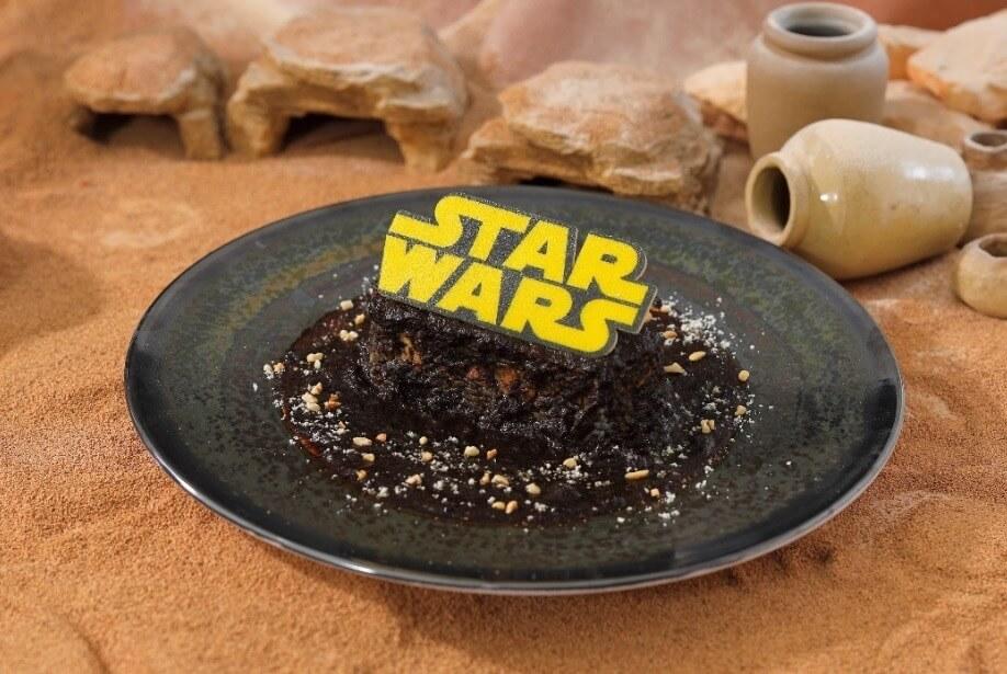 〈スター・ウォーズ〉はるか彼方の銀河系ブラックカレー 1,590円+税