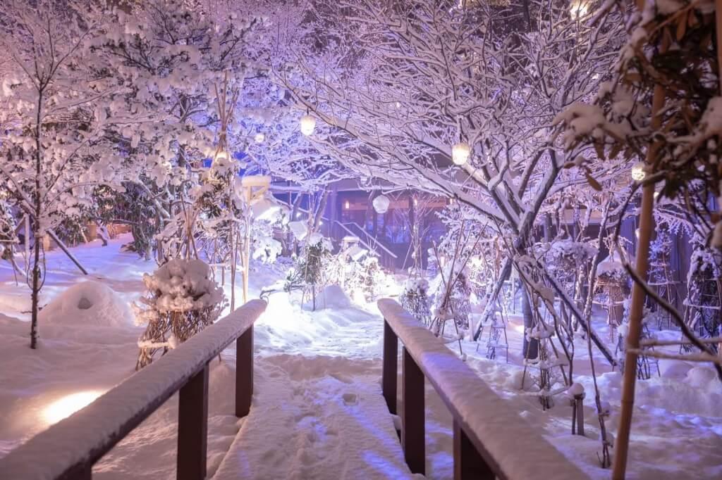 雪灯りのレストランの様子
