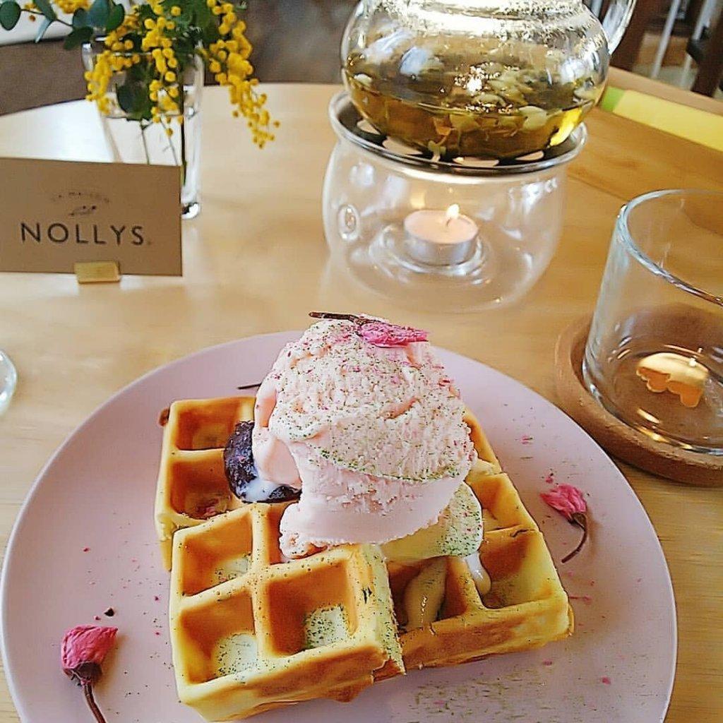 La Maison Nollys(ラメゾンノーリーズ)の桜ワッフル&フワラーティー